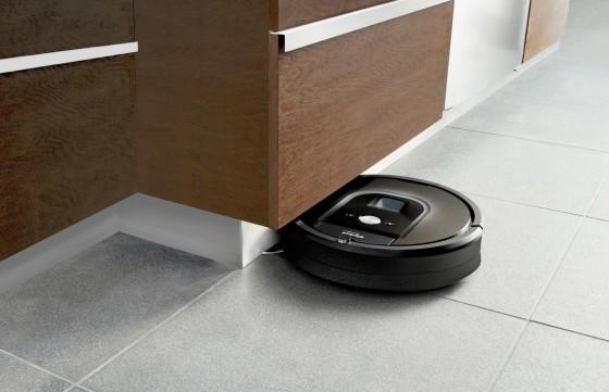 столкновение робота-пылесоса с мебелью