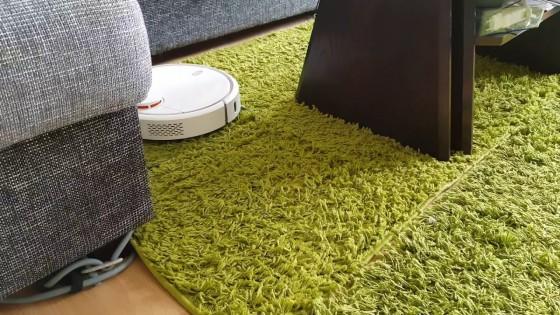 робот-пылесос на ковре с длинным ворсом