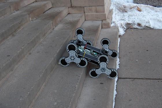 робот передвигается по лестнице